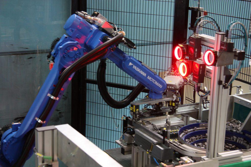 Roboter für geordnete Zufuhr von Teilen aus Container