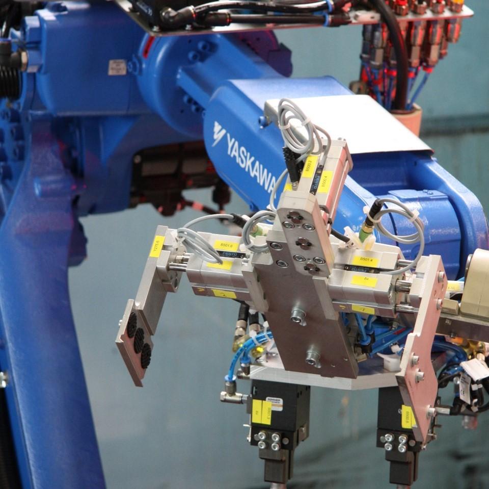 Yaskawa Motoman Roboter mit Spezialgreifer